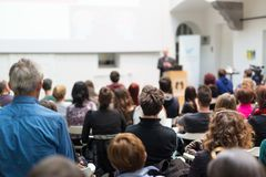 Equipaggi dare la presentazione nel corridoio di conferenza all'università Immagine Stock
