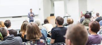 Equipaggi dare la presentazione nel corridoio di conferenza all'università Fotografia Stock Libera da Diritti