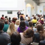 Equipaggi dare la presentazione nel corridoio di conferenza all'università Fotografia Stock