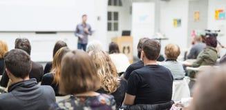 Equipaggi dare la presentazione nel corridoio di conferenza all'università Fotografie Stock Libere da Diritti