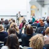 Equipaggi dare la presentazione nel corridoio di conferenza all'università Immagini Stock