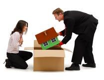 Equipaggi disimballare una nuova casa per la moglie o il cliente fotografia stock libera da diritti