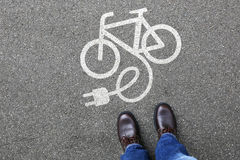 Equipaggi eco della bicicletta della bici elettrica di Ebike della bici della E-bici E della gente l'elettro fotografia stock
