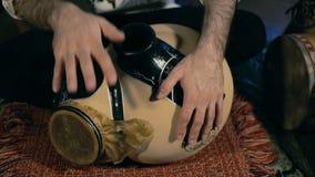 Equipaggi espellere un battito su un tamburo arabo della percussione nominato Frudu video d archivio