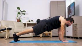 Equipaggi fare gli esercizi differenti su una stuoia blu video d archivio