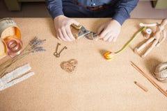 Equipaggi fare il regalo fatto a mano per la sua moglie o amica cara Fotografie Stock