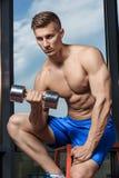 Equipaggi fare l'esercizio pesante con le teste di legno in palestra fotografie stock libere da diritti