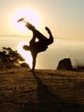 Equipaggi fare l'un handstand impressionante della mano all'alba Immagini Stock