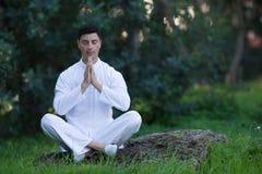 Equipaggi fare la meditazione con il fuoco sulle mani Fotografie Stock Libere da Diritti