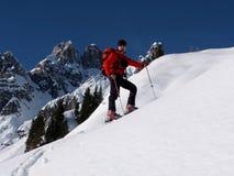 Sci che visita nelle montagne Fotografia Stock Libera da Diritti