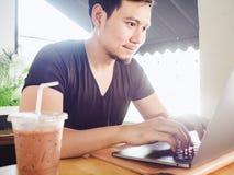 Equipaggi felice ed ecciti con il suo successo nel computer portatile fotografie stock libere da diritti