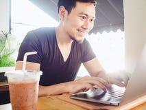 Equipaggi felice ed ecciti con il suo successo nel computer portatile fotografia stock libera da diritti
