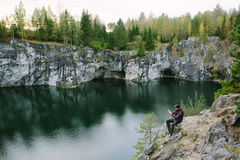 Equipaggi fotografare una bella vista dalla scogliera Immagini Stock
