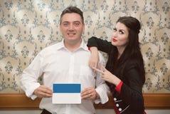 Equipaggi giudicare un manifesto e una ragazza che si appoggiano la sua spalla Immagine Stock
