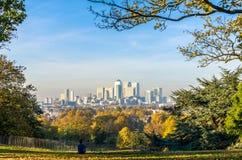 Equipaggi godere del cityline di Londra dal parco di Greenwich Fotografia Stock Libera da Diritti