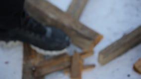 Equipaggi in guanti di cuoio le spaccature dell'ascia che dell'inverno imbarcano nei piccoli bastoni stock footage