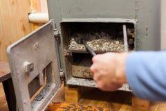 Equipaggi i carboni di legno dell'ustione pulita di fuoco nella bio- caldaia solida del combustibile Fotografia Stock Libera da Diritti