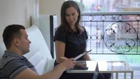 Equipaggi i documenti di firma alla ricezione in una clinica stock footage