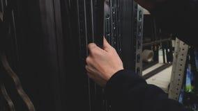 Equipaggi i materiali da costruzione d'acquisto per la fabbricazione gli scaffali o della mobilia al deposito 4k stock footage