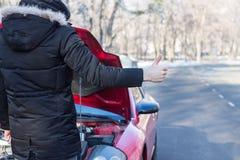 Equipaggi i problemi di segnalazione con l'automobile sulla strada dell'inverno Fotografie Stock