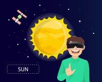 Equipaggi i vetri d'uso di realtà virtuale che guardano il sole in universo Immagini Stock Libere da Diritti