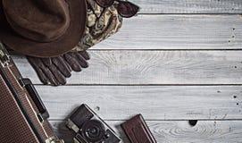 Equipaggi il cappello del ` s ed i retro accessori per il viaggio su un wo dipinto bianco Fotografia Stock