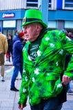 Equipaggi il cappello ed i vestiti verdi d'uso con il simbolo dell'acetosella al giorno del ` s di St Patrick a Belfast Immagine Stock Libera da Diritti