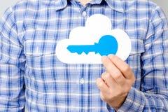 Equipaggi il cartamodello della tenuta della mano del ` s della nuvola e della chiave blu immagine stock libera da diritti