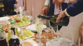 Equipaggi il champagne di versamento in un vetro alla festa nuziale video d archivio
