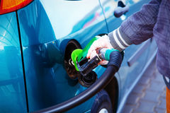 Equipaggi il combustibile di pompaggio della benzina in automobile alla stazione di servizio Concetto del trasporto fotografie stock libere da diritti