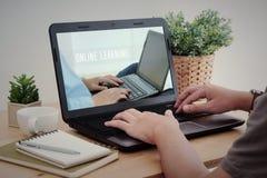 Equipaggi il computer portatile di battitura a macchina della mano con online l'apprendimento sullo schermo Fotografie Stock Libere da Diritti