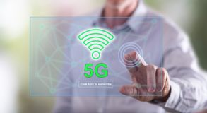Equipaggi il contatto del concetto 5g su un touch screen Immagine Stock