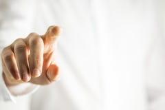 Equipaggi il contatto dello schermo virtuale con il suo dito immagine stock