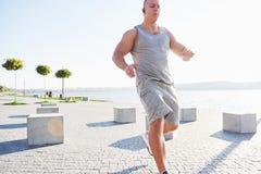 Equipaggi il corridore che fa allungando l'esercizio, preparante per l'allenamento di mattina nel parco Fotografie Stock Libere da Diritti