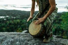 Equipaggi il djembe dei giochi sulla cima di una montagna fotografia stock libera da diritti