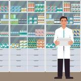 Equipaggi il farmacista con la scatola in sue mani in una farmacia di fronte agli scaffali con le medicine Illustrazione di vetto Fotografia Stock