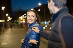 Equipaggi il flirt con la donna castana sorridente in sera tardi Fotografia Stock Libera da Diritti