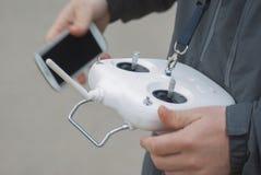 Equipaggi il fuco di funzionamento di volo con il regolatore a distanza ed il fon astuto Fotografie Stock Libere da Diritti