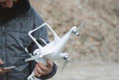 Equipaggi il fuco di funzionamento di volo con il regolatore a distanza ed il fon astuto Fotografia Stock Libera da Diritti