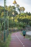 Equipaggi il funzionamento sulla pista ciclabile pedonale, in Viseu, il Portogallo immagini stock