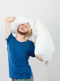 Equipaggi il gioco con i cuscini, buon concetto di sonno Fotografia Stock