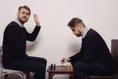 Equipaggi il gioco degli scacchi contro di se stesso colpo nello studio fotografie stock libere da diritti