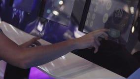 Equipaggi il gioco del gioco su un touch screen moderno Concetto di intrattenimento video d archivio