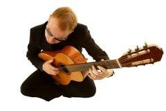 Equipaggi il gioco della chitarra Fotografie Stock Libere da Diritti