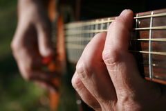 Equipaggi il gioco della chitarra Fotografia Stock Libera da Diritti