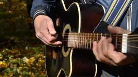 Equipaggi il gioco della chitarra, fine sul colpo archivi video