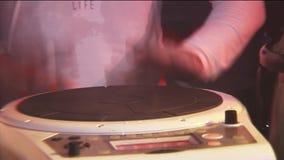 Equipaggi il gioco sui tamburi elettrici sul partito in night-club riflettori apparecchiatura intrattenimento battitura archivi video