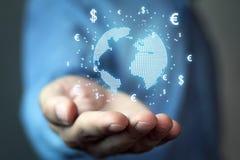 Equipaggi il globo della tenuta con i simboli dell'euro e del dollaro Concetto del globa Immagine Stock