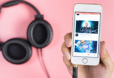 Equipaggi il iPhone della tenuta per giocare il video musicale da youtube Immagini Stock Libere da Diritti