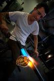 Uomo che forma vaso con la torcia per saldature Immagini Stock
